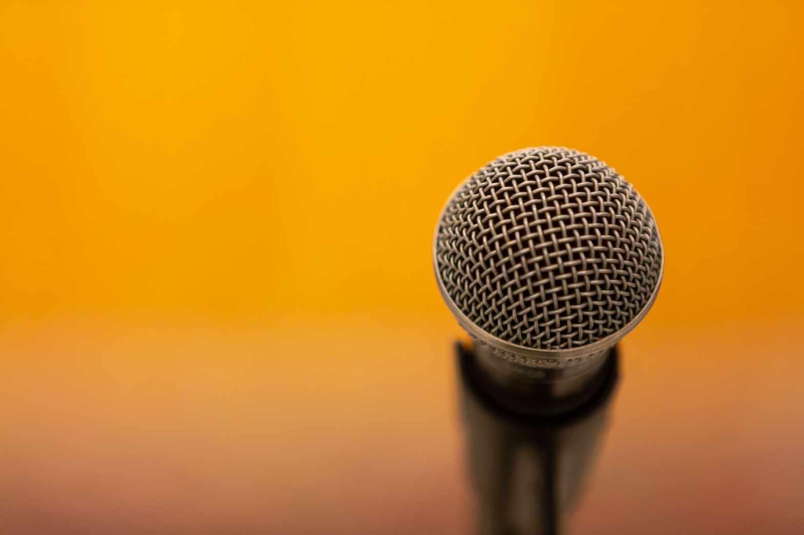 O medo do microfone pode aparecer até em processos seletivos!